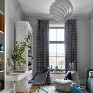 Esempio di una cameretta per bambini da 4 a 10 anni contemporanea di medie dimensioni con pareti grigie, parquet chiaro e pavimento giallo