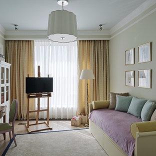Idées déco pour une chambre d'enfant de 4 à 10 ans classique de taille moyenne avec un sol en bois clair.