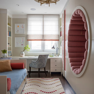 На фото: детская среднего размера в стиле современная классика с бежевыми стенами, темным паркетным полом и рабочим местом для ребенка от 4 до 10 лет, девочки