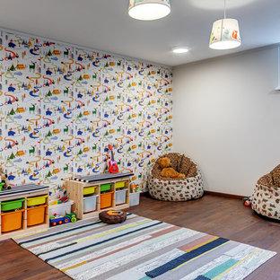 Источник вдохновения для домашнего уюта: детская с игровой в современном стиле с разноцветными стенами, темным паркетным полом и коричневым полом для мальчика