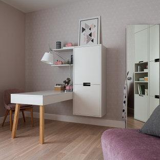 Неиссякаемый источник вдохновения для домашнего уюта: детская среднего размера в современном стиле с рабочим местом, паркетным полом среднего тона, розовыми стенами, бежевым полом и обоями на стенах для подростка, девочки
