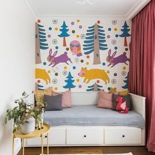 Новые идеи обустройства дома: детская в современном стиле с паркетным полом среднего тона, коричневым полом, спальным местом и разноцветными стенами для девочки