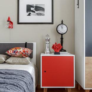 На фото: нейтральная детская в современном стиле с спальным местом, серыми стенами, светлым паркетным полом и бежевым полом с