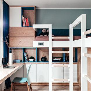 На фото: нейтральная детская в современном стиле с спальным местом, светлым паркетным полом, бежевым полом и разноцветными стенами для ребенка от 4 до 10 лет