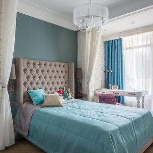 Новый формат декора квартиры: детская в классическом стиле с спальным местом, синими стенами и паркетным полом среднего тона для девочки