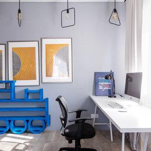 Неиссякаемый источник вдохновения для домашнего уюта: детская в стиле современная классика с фиолетовыми стенами, паркетным полом среднего тона и серым полом