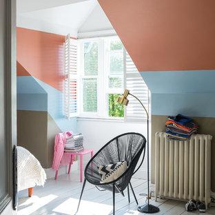 Стильный дизайн: нейтральная детская в современном стиле с спальным местом, разноцветными стенами, деревянным полом и белым полом для подростка - последний тренд