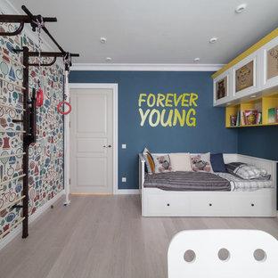 На фото: детская в современном стиле с спальным местом, светлым паркетным полом, синими стенами и серым полом для ребенка от 4 до 10 лет, мальчика с