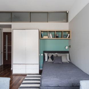 Стильный дизайн: детская в скандинавском стиле с спальным местом, серыми стенами, темным паркетным полом и коричневым полом для подростка, мальчика - последний тренд