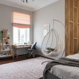 На фото: детская в скандинавском стиле с серыми стенами, темным паркетным полом, коричневым полом и спальным местом для девочки
