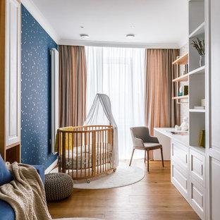 Неиссякаемый источник вдохновения для домашнего уюта: детская среднего размера в современном стиле с спальным местом, синими стенами, полом из ламината и коричневым полом для ребенка от 1 до 3 лет, мальчика