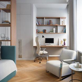 Стильный дизайн: нейтральная детская в современном стиле с рабочим местом, белыми стенами и светлым паркетным полом для подростка - последний тренд