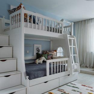 На фото: большая нейтральная детская в современном стиле с спальным местом, синими стенами, светлым паркетным полом и бежевым полом для ребенка от 4 до 10 лет