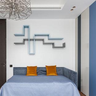 Свежая идея для дизайна: нейтральная детская в современном стиле с спальным местом, белыми стенами, паркетным полом среднего тона и коричневым полом - отличное фото интерьера