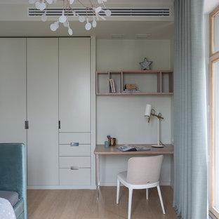 Свежая идея для дизайна: нейтральная детская в современном стиле с рабочим местом, белыми стенами, светлым паркетным полом и бежевым полом - отличное фото интерьера