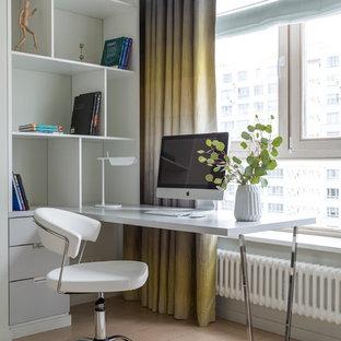 Neutrales Modernes Kinderzimmer mit Arbeitsecke, hellem Holzboden und beigem Boden in Moskau