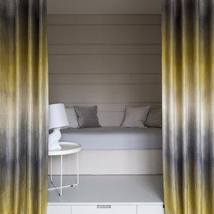 Стильный дизайн: детская в современном стиле с спальным местом, бежевыми стенами, светлым паркетным полом, бежевым полом и правильным освещением - последний тренд