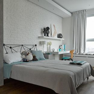 Idee per una cameretta per bambini design con parquet scuro, pavimento marrone e pareti bianche
