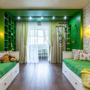 Неиссякаемый источник вдохновения для домашнего уюта: нейтральная детская в стиле современная классика с спальным местом, зелеными стенами и темным паркетным полом для ребенка от 4 до 10 лет
