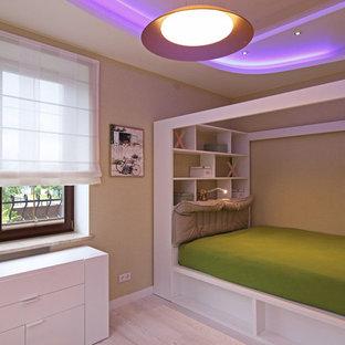 Ispirazione per una cameretta per bambini design di medie dimensioni con pareti multicolore e parquet chiaro