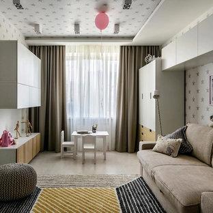 Imagen de dormitorio infantil contemporáneo con paredes blancas y suelo beige