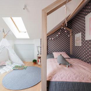На фото: детская в современном стиле с спальным местом, белыми стенами, светлым паркетным полом и бежевым полом с