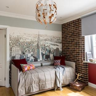 Свежая идея для дизайна: детская в современном стиле с спальным местом, разноцветными стенами, паркетным полом среднего тона и коричневым полом для подростка, мальчика - отличное фото интерьера
