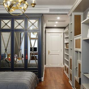 Стильный дизайн: детская в классическом стиле с спальным местом, серыми стенами, паркетным полом среднего тона и коричневым полом для мальчика, подростка - последний тренд