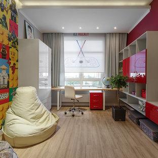 Свежая идея для дизайна: детская в современном стиле с красными стенами и бежевым полом - отличное фото интерьера