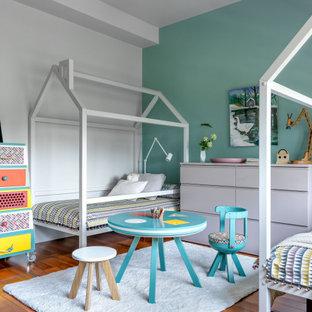 Стильный дизайн: нейтральная детская в современном стиле с спальным местом и коричневым полом - последний тренд