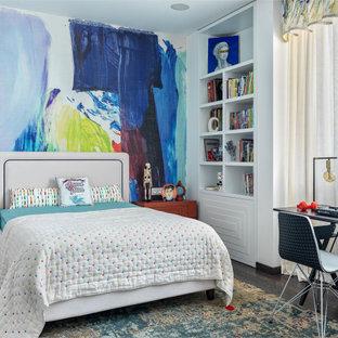 Idee per una cameretta per bambini contemporanea con pareti multicolore, pavimento marrone e carta da parati