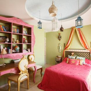 Idées déco pour une petite chambre d'enfant asiatique avec un mur beige, un sol en travertin et un sol beige.