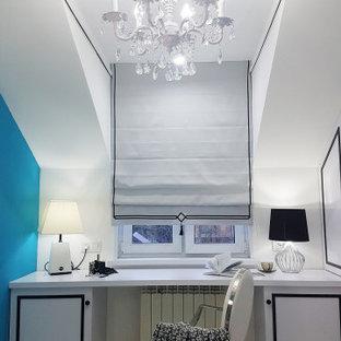 Idée de décoration pour une petit chambre d'enfant design avec un bureau, un mur blanc, un sol en linoléum et un sol noir.