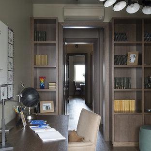 Mittelgroßes Modernes Jugendzimmer mit Schlafplatz, beiger Wandfarbe und braunem Holzboden in Moskau