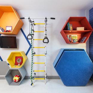 Foto på ett litet funkis pojkrum kombinerat med lekrum och för 4-10-åringar, med blå väggar och ljust trägolv