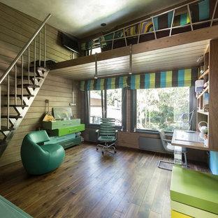 Неиссякаемый источник вдохновения для домашнего уюта: большая детская в современном стиле с рабочим местом, коричневыми стенами и паркетным полом среднего тона для мальчика