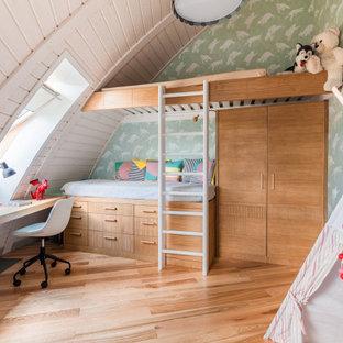 Свежая идея для дизайна: нейтральная детская в современном стиле с зелеными стенами, паркетным полом среднего тона и коричневым полом - отличное фото интерьера
