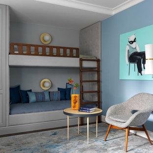 Стильный дизайн: детская в современном стиле с спальным местом, синими стенами, ковровым покрытием и серым полом для мальчика - последний тренд