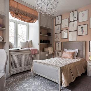 Modelo de dormitorio infantil clásico con paredes rosas y suelo de madera oscura