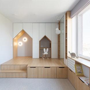 Пример оригинального дизайна: нейтральная детская с игровой в скандинавском стиле с белыми стенами, паркетным полом среднего тона и серым полом для ребенка от 1 до 3 лет