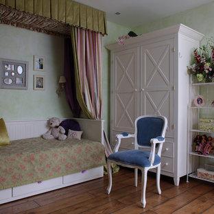 Klassisches Kinderzimmer mit Schlafplatz, grüner Wandfarbe und dunklem Holzboden in Moskau