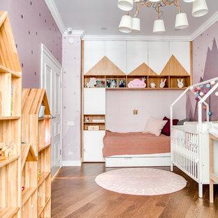 Idéer för funkis könsneutrala barnrum kombinerat med sovrum, med lila väggar, mellanmörkt trägolv och brunt golv