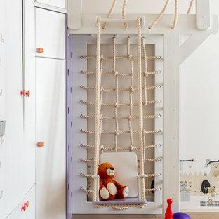 Idee per una cameretta da bambina boho chic di medie dimensioni con pareti bianche e pavimento in legno massello medio