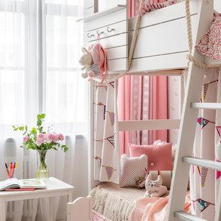 Свежая идея для дизайна: детская среднего размера в стиле фьюжн с спальным местом и светлым паркетным полом для девочки, ребенка от 4 до 10 лет - отличное фото интерьера