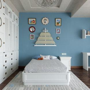 Пример оригинального дизайна: большая детская в морском стиле с спальным местом, синими стенами и коричневым полом для мальчика