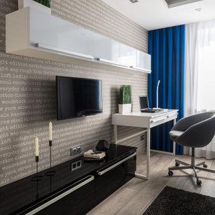 Свежая идея для дизайна: маленькая детская с спальным местом, серыми стенами, полом из ламината, серым полом, многоуровневым потолком и обоями на стенах для подростка, мальчика - отличное фото интерьера