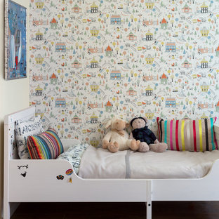 Пример оригинального дизайна: маленькая детская в современном стиле с полом из ламината, коричневым полом, спальным местом и разноцветными стенами для ребенка от 1 до 3 лет