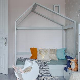 Пример оригинального дизайна: детская среднего размера в современном стиле с спальным местом, розовыми стенами, паркетным полом среднего тона и серым полом для ребенка от 4 до 10 лет, девочки