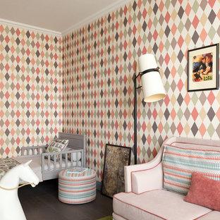Пример оригинального дизайна: детская среднего размера в стиле современная классика с спальным местом, разноцветными стенами, темным паркетным полом и коричневым полом для ребенка от 1 до 3 лет