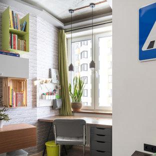 Неиссякаемый источник вдохновения для домашнего уюта: детская среднего размера в стиле фьюжн с рабочим местом, белыми стенами и бежевым полом для ребенка от 4 до 10 лет, мальчика